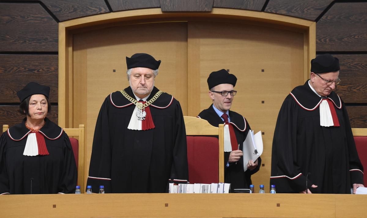 Spór o Trybunał Konstytucyjny. Adwokaci oburzeni. PO: w Sejmie rządzą hipisi, TVN24