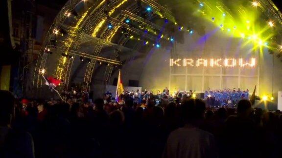 Tłumy pielgrzymów na koncercie na Rynku Głównym w Krakowie