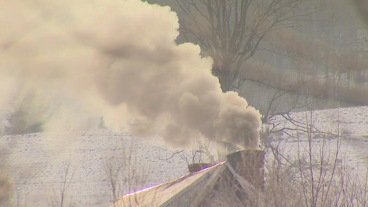 """Podkrakowskie miejscowości dusi smog. """"Ludzie nie mają pieniędzy. Wszystkim palą"""""""