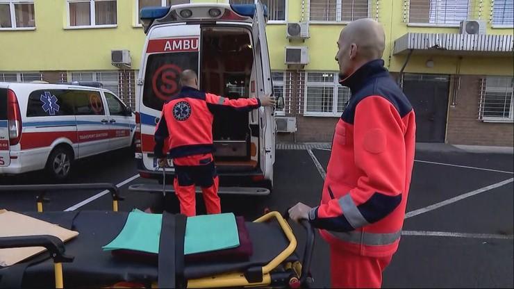 Karetka z pacjentem ma czekać przed szpitalem. Oburzenie na apel szefa SOR do ratowników medycznych