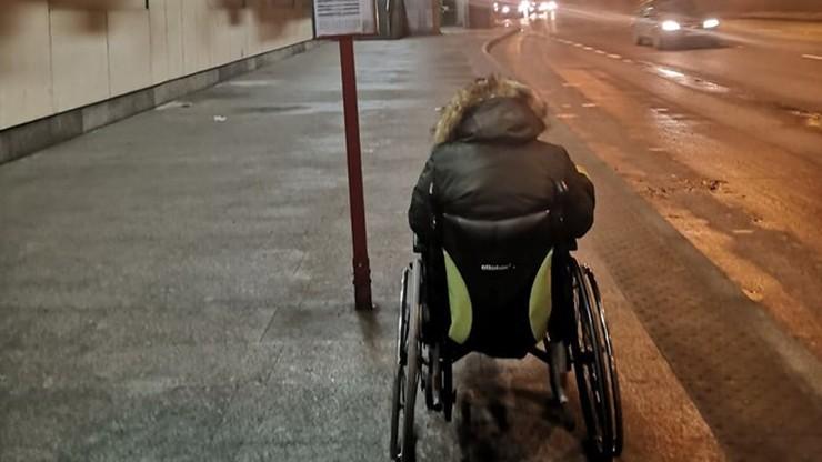 """""""Niedziałające windy, uciekające autobusy"""". Osoba na wózku """"przeprawiała się"""" przez Warszawę"""
