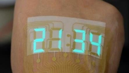 Stretchable electronics tworzy innowacyjny zegarek, który będzie się przyklejać na rękę