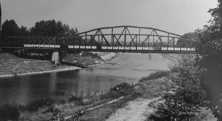 Przemyski most kolejowy w latach 70. Wówczas widniał na nim napis: