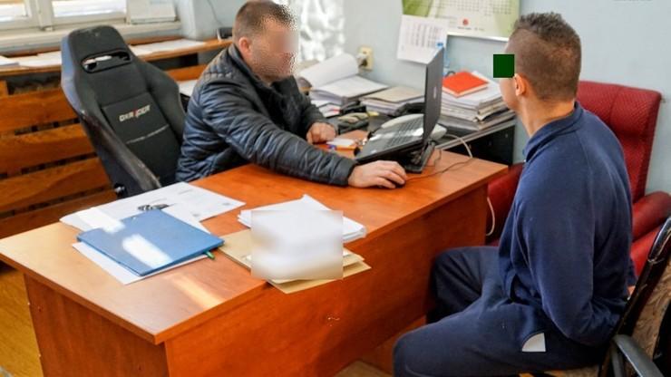 """17-letni """"policjant"""" zabierał starszym kobietom pieniądze. Ukradł 90 tys. zł"""