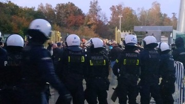 Pseudokibice urządzili burdę po meczu w Katowicach. Interweniowali policjanci na koniach