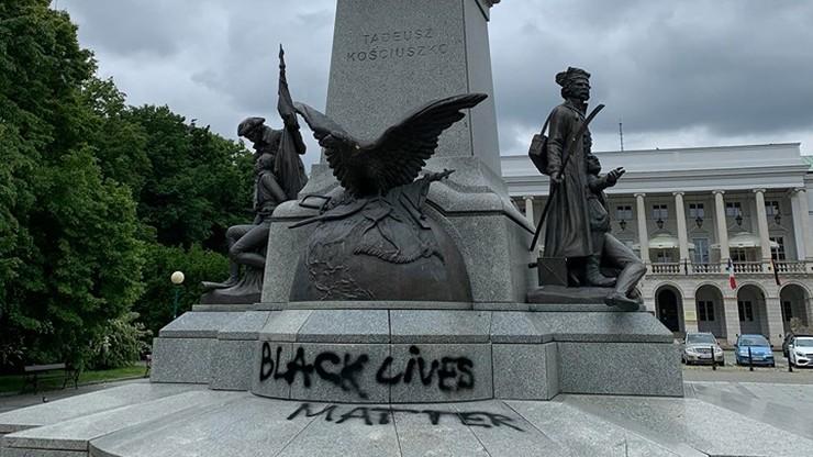 Na cokole pomnika namalowano napis nawiązujący do protestów w USA