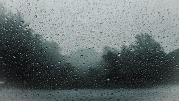 Porywisty wiatr i marznące opady deszczu. Ostrzeżenia IMGW