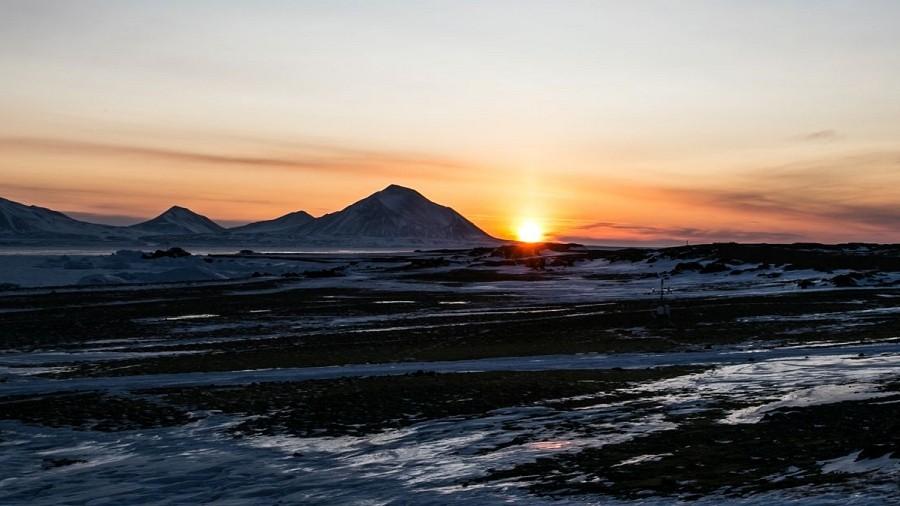 Pierwszy po nocy polarnej wschód słońca w Hornsundzie. Fot. Facebook / Polish Polar Station Hornsund / Joanna Perchaluk-Mandat.