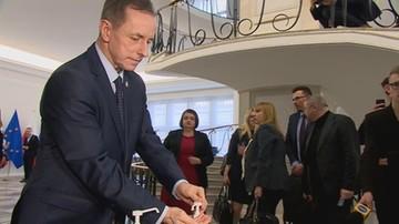 """Marszałek Grodzki obejrzał """"powtórkę VAR"""" z mycia rąk. """"Moja wina"""""""