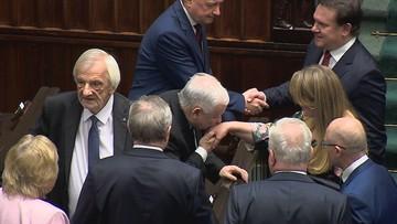 """Prezes PiS pocałował w rękę posłankę KO. """"Wow"""""""