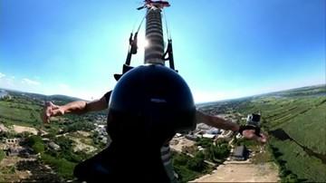 Spadają z najwyższego obiektu do skoków na świecie [WIDEO]