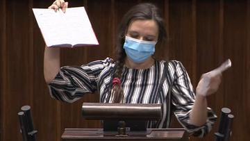 """Jachira potargała konstytucję. Wicemarszałek """"ubolewa nad niszczeniem książek"""""""