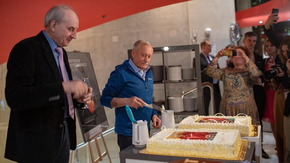 (Facebook.com/FotografiaMalgorzataTelega/) dla Fundacji Himalaizmu Polskiego im. Andrzeja Zawady Podczas gali Leszek Cichy i Krzysztof Wielicki otrzymali tort, który wyglądał dokładnie tak samo jak ten z bazy pod Mount Everest 40 lat temu.