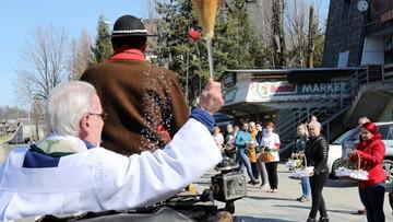 Kapłani poświęcili pokarmy w Zakopanem. W miasto wyruszyli zaprzęgami konnymi