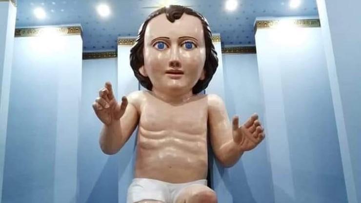 Gigantyczna figura Dzieciątka Jezus przed kościołem. Internauci: ma twarz Phila Collinsa
