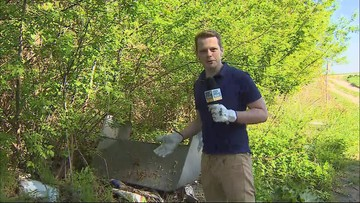#ZaczynamOdSiebie: Bartosz Kurek uprzątnął śmieci z nielegalnego wysypiska w Wilamach
