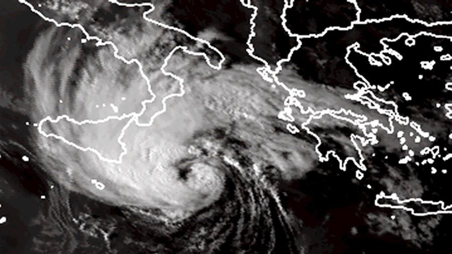 Zdjęcie satelitarne medikanu Cassilda między wybrzeżami Włoch i Grecji. Fot. EUMETSAT.