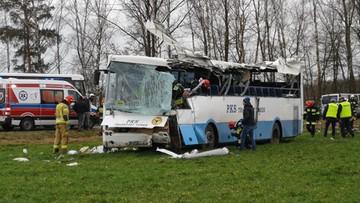 Wypadek szkolnego autobusu po silnym podmuchu wiatru. Ranni uczniowie