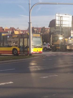 Kierowca autobusu we Wrocławiu wjechał na chodnik i ścieżkę rowerową