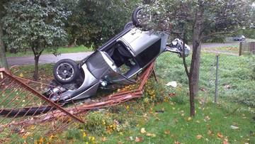 19-latek wpadł w poślizg. Audi dachowało na cudzej posesji