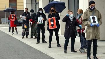 Strajk Kobiet przeciwko zakazowi aborcji. Protestujący w kolejce do sklepu i w samochodach