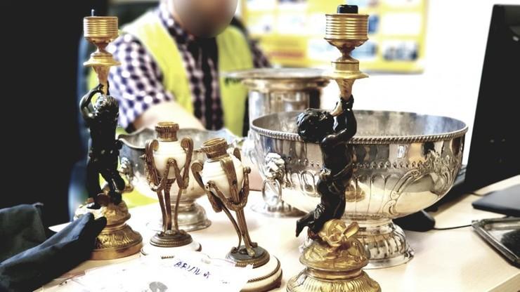 Wśród odzyskanych, rodzinnych pamiątek są: stara waza, srebrne tace, świeczniki, obrazy i grafiki