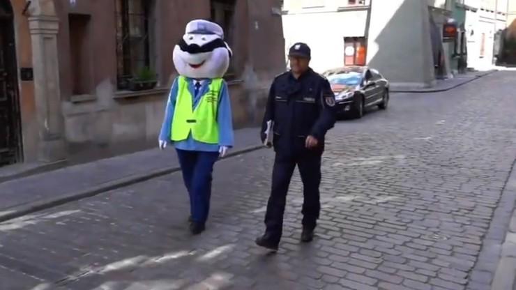 Policja zrobiła niespodziankę 5-latce w kwarantannie. Helenkę odwiedził sierżant Borsuk