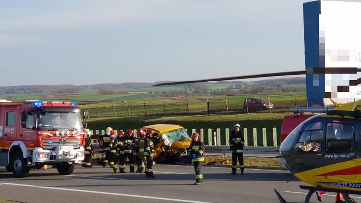 Wypadek na A4. Dwie osoby były zakleszczone w busie