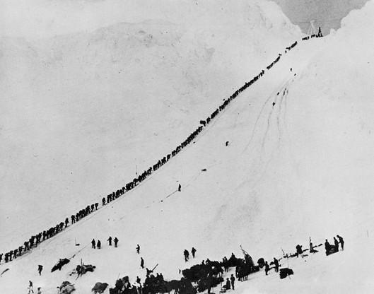 Na zdjęciu górnicy i poszukiwacze złota próbujący dostać się do kanadyjskiej Jukonie
