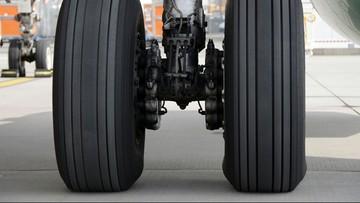 Awaryjne lądowanie samolotu w Modlinie. Problemy z podwoziem