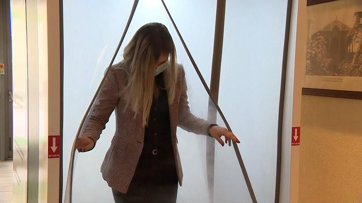 Polacy skonstruowali kabinę dezynfekującą. Może stanąć przed hotelem czy sklepem