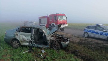 Traktor wjeżdżał na drogę we mgle. Uderzył w niego seat, 5 osób trafiło do szpitala