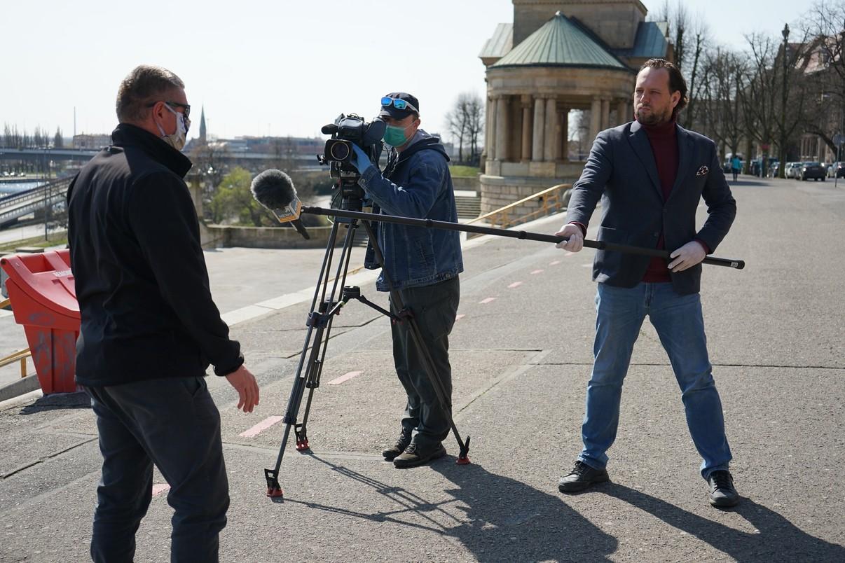 Tak wygląda praca ekip reporterskich w czasach pandemii. Na zdjęciu szczecińska ekipa Polsat News