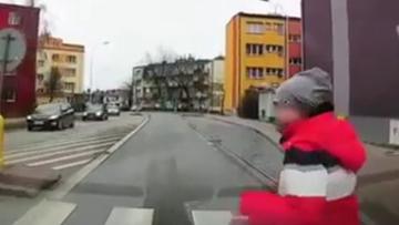 Kierowca potrącił chłopca na pasach. Teraz dziecka szukają policjanci [WIDEO]