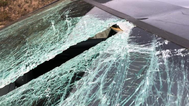 Tafla lodu przecięła szybę samochodu jak nóż. O krok od tragedii na A1 [ZDJĘCIA]