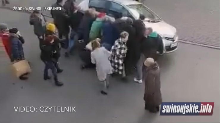 Kobieta wpadła pod auto. Świadkowie podnieśli samochód, by ją wyciągnąć [WIDEO]