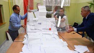 """""""Polscy nacjonaliści na drodze do utrzymania władzy"""". Reuters o samodzielnej większości PiS"""
