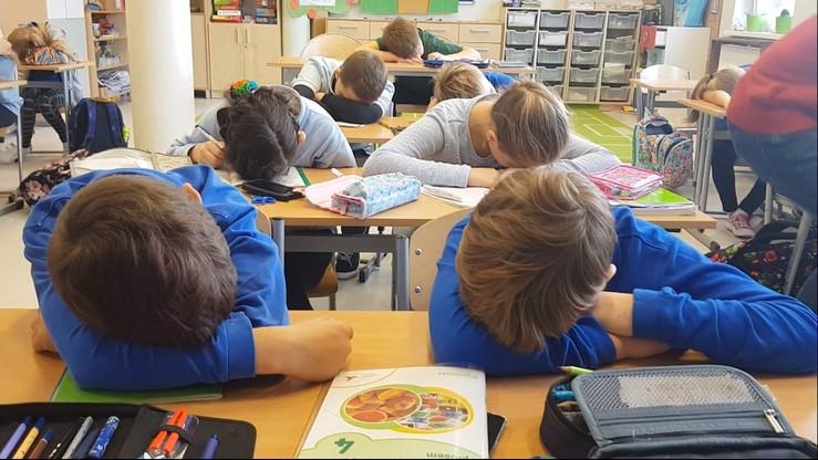 Stawia szóstki za spanie na lekcji. Uczniowie kochają swojego matematyka