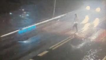 15-latka odbiła się od samochodu i wpadła pod drugi. Była na pasach [DRASTYCZNE WIDEO]