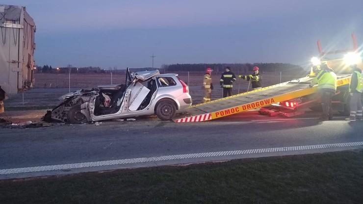 Samochód osobowy zderzył się z ciężarówką. Zginęły cztery osoby
