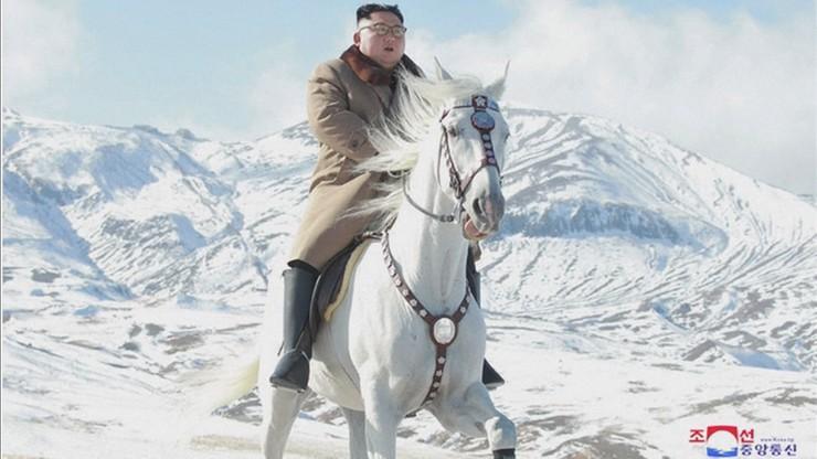 """Przywódca Korei Północnej jeździ po górach na białym koniu i planuje """"wielką operację"""""""