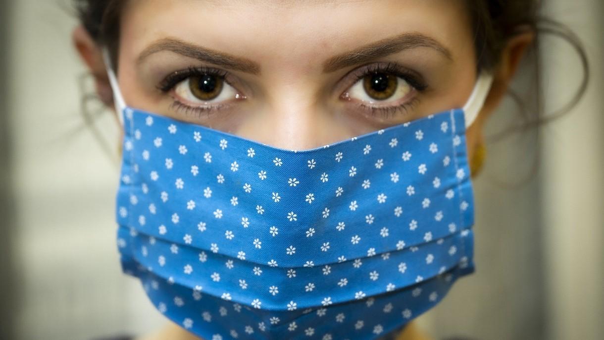CDC zaleca całemu społeczeństwu noszenie materiałowych maseczek ochronnych