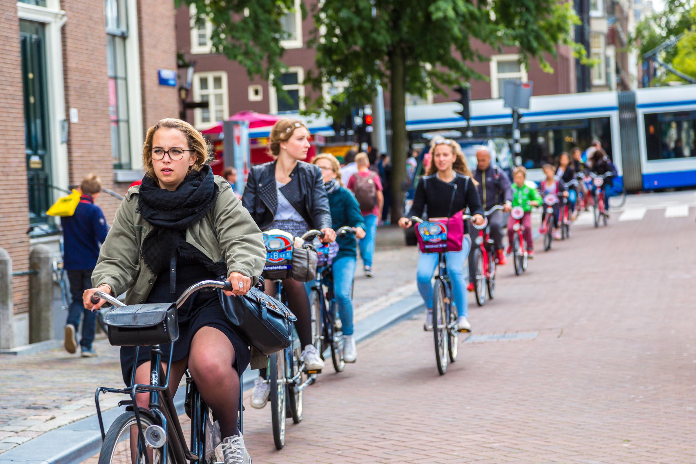 Holandia wprowadza zakaz korzystania z komórek podczas jazdy rowerem