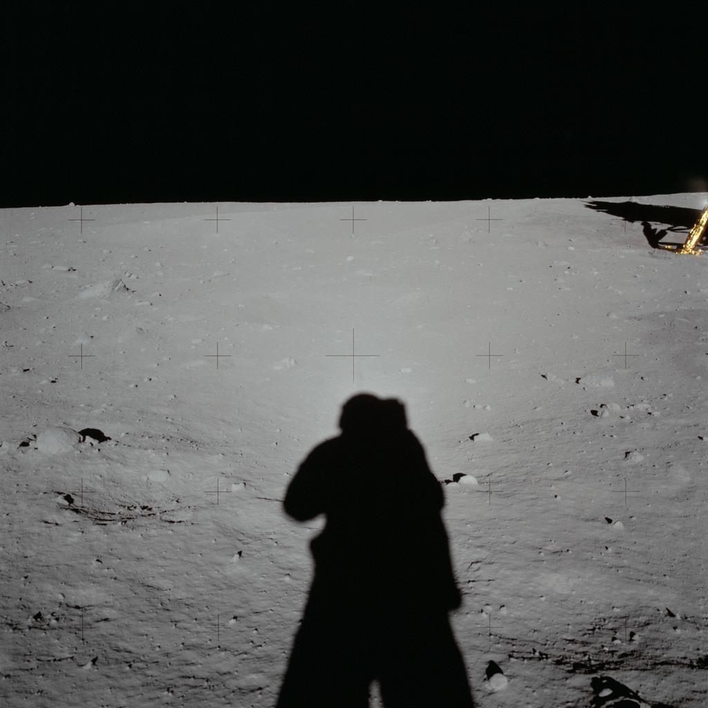 Cień Neila Armstronga robiącego zdjęcie